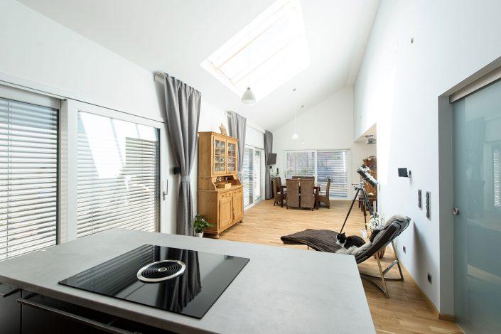 Wohnbereich mit Glaselementen in der Dachfläche