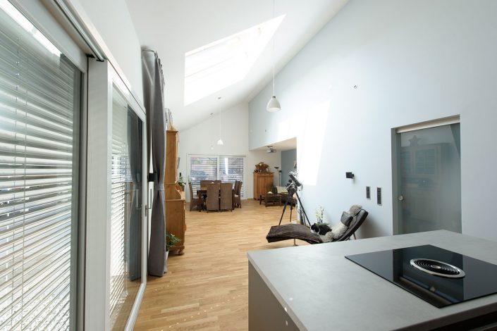 Wohnbereich offen bis in das Dach
