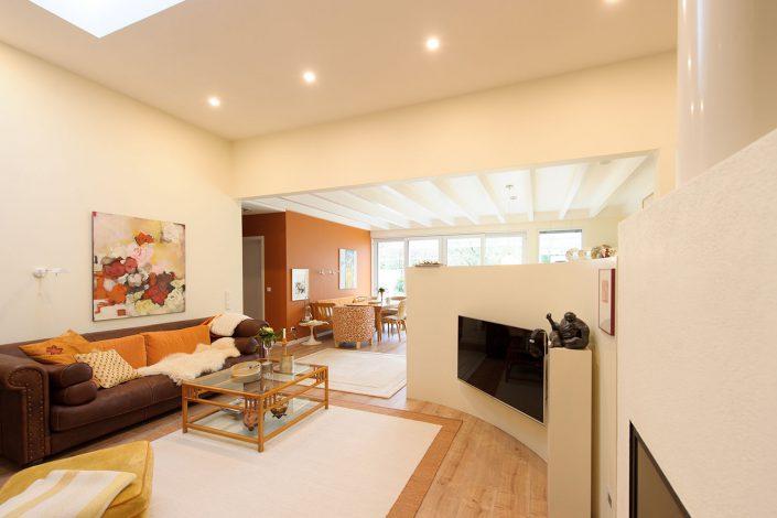 Haus-in-Hallenkonzept: Behaglicher Wohn- Essbereich
