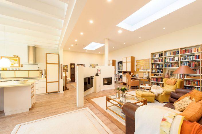 Haus-in-Hallenkonzept: Wohnbereich mit Deckenlichtbändern