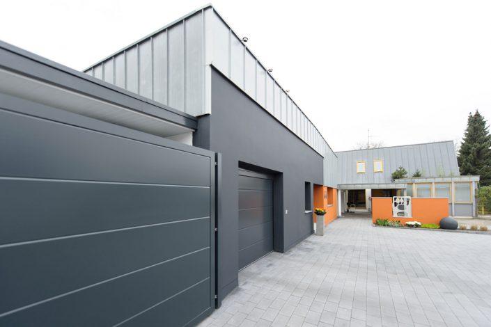 Haus-in-Hallenkonzept: Umnutzung von Industrie- zu Wohnbereich