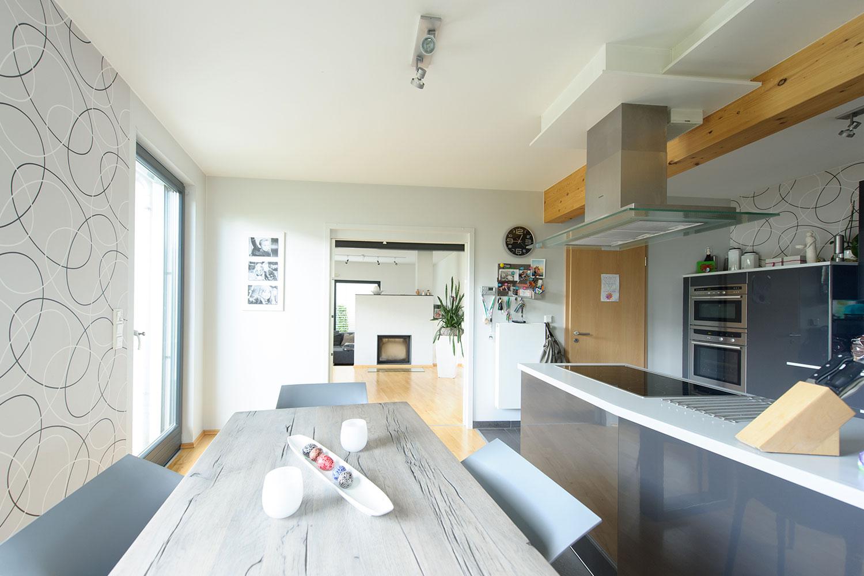 Lichtdurchfluteter Koch- und Essbereich mit sichtbarer Balkenlade