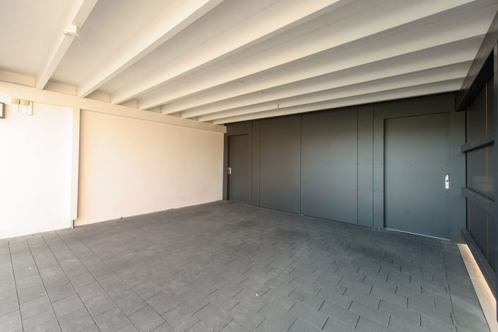 Türen in Optik des Carports integriert