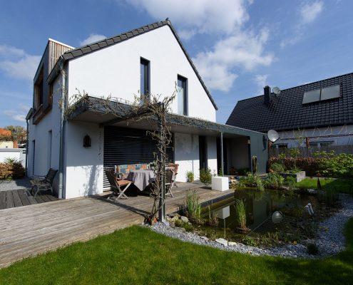 Carport umgreift das Wohnhaus im Eingangsbereich und im Garten als Überdachung