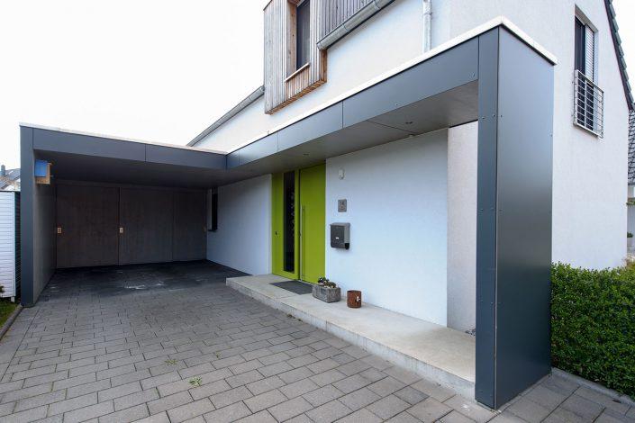 Einfamilienhaus mit Carport und Eingangsüberdachung