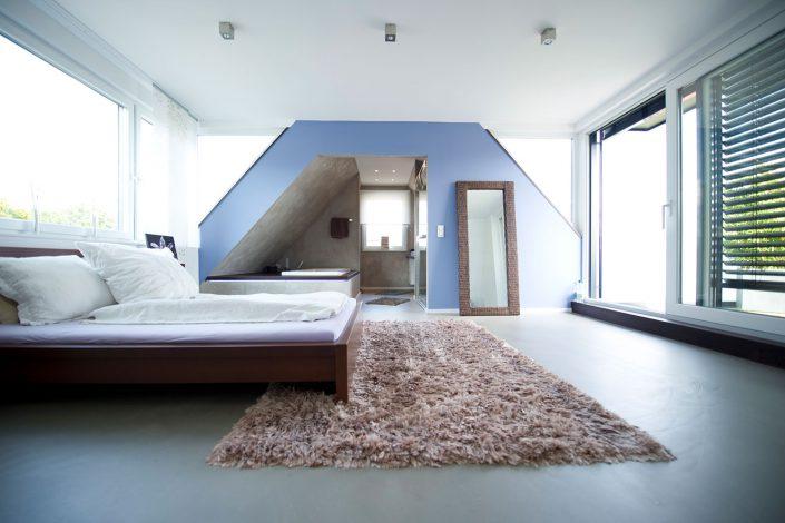 Heller Wohnraum durch große Fensterfronten in den Gauben
