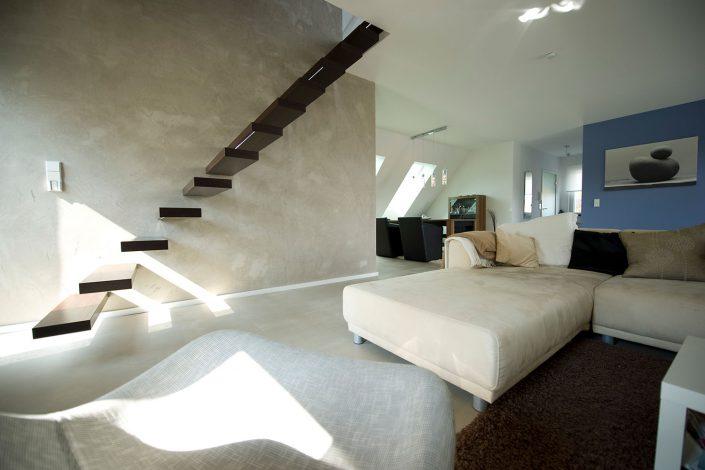 Schwebende Treppe im Wohnbereich