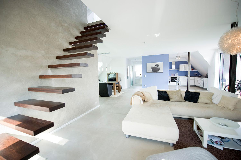 Heller Wohnbereich durch großzügige Fenstergestaltung