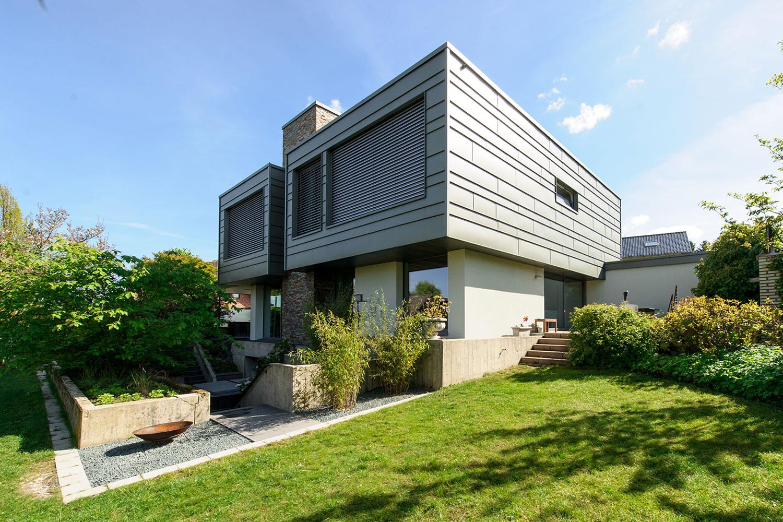 kubistische Aufstockung in Holzrahmenbau mit Zinkfassade
