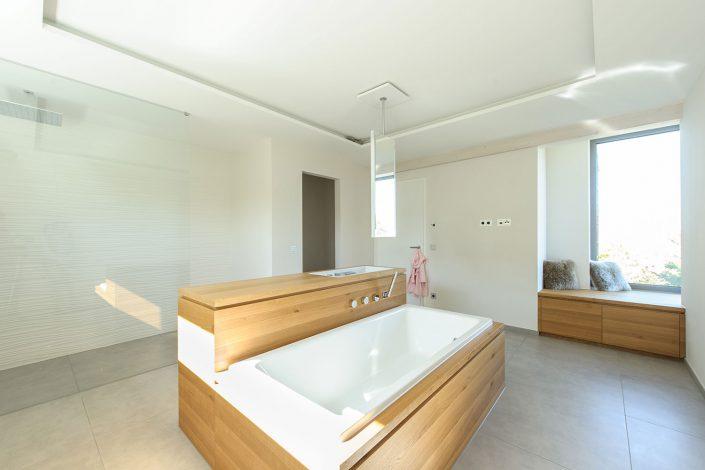 Puristisches Badezimmer mit Sitzgelegenheit