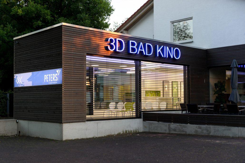 kino zuhause vom ostend direkt auf die groe with kino zuhause ein film im hallenbad ist ein. Black Bedroom Furniture Sets. Home Design Ideas